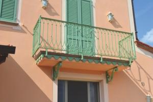 Bottici e serrini ringhiere - Ringhiere in ferro battuto per balconi esterni ...